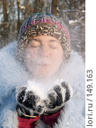 Девушка дует на снег. Стоковое фото, фотограф Максим Горпенюк / Фотобанк Лори