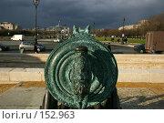Купить «Вид на город Париж сквозь прицел старинной бронзовой трофейной пушки у Военного Музея», фото № 152963, снято 28 февраля 2006 г. (c) Harry / Фотобанк Лори