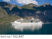 Купить «Норвегия. Фьорд. Круизное судно», эксклюзивное фото № 162847, снято 2 августа 2006 г. (c) Александр Алексеев / Фотобанк Лори