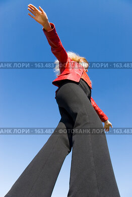 Купить «Балансирующая девушка на фоне неба», фото № 163483, снято 22 сентября 2007 г. (c) chaoss / Фотобанк Лори