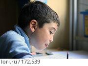 Купить «Мальчик выполняет домашнее задание, высунув язык», фото № 172539, снято 18 сентября 2007 г. (c) Екатерина Соловьева / Фотобанк Лори