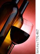 Бутылки и бокал красного вина. Стоковое фото, фотограф Роман Сигаев / Фотобанк Лори