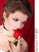 Купить «Красивая девушка с розой на красном фоне», фото № 177807, снято 2 декабря 2007 г. (c) Ирина Мойсеева / Фотобанк Лори