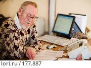Купить «Пожилой человек на рабочем месте в офисе перед компьютером», фото № 177887, снято 9 января 2008 г. (c) Олег Селезнев / Фотобанк Лори