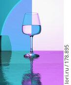 Купить «Бокал на контрастном фоне», иллюстрация № 178895 (c) Геннадий Соловьев / Фотобанк Лори