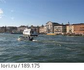 Купить «Венеция, плывут катера, на берегу стоят дома», фото № 189175, снято 23 сентября 2007 г. (c) Георгий Ильин / Фотобанк Лори