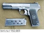 Пистолет Токарева образца 1930 года ТТ (Токарев Тульский) на фоне брезента (2007 год). Редакционное фото, фотограф Сергей Попсуевич / Фотобанк Лори