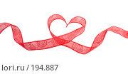 Купить «Красная ленточка свернутая в виде симпатичного подарочного сердечка», фото № 194887, снято 9 января 2008 г. (c) Harry / Фотобанк Лори