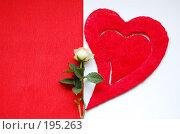 Красное сердце и одна белая роза на бело-красном фоне. Стоковое фото, фотограф Алёна Фомина / Фотобанк Лори