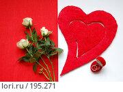 Красное сердце, белые розы и обручальное кольцо на красно-белом фоне. Стоковое фото, фотограф Алёна Фомина / Фотобанк Лори