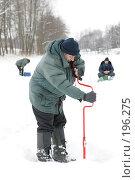 Купить «Рыбак с буром», фото № 196275, снято 27 февраля 2006 г. (c) Константин Куцылло / Фотобанк Лори