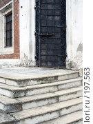 Купить «Лестница и дверь Никольского собора в Волоколамске», фото № 197563, снято 26 августа 2007 г. (c) Юрий Синицын / Фотобанк Лори