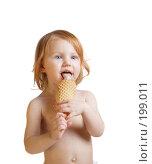 Купить «Девочка с мороженым на белом фоне», фото № 199011, снято 4 декабря 2007 г. (c) Майя Крученкова / Фотобанк Лори