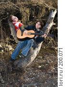 Купить «Туристы в весеннем лесу - песни под гитару», фото № 200071, снято 6 февраля 2008 г. (c) Федор Королевский / Фотобанк Лори
