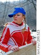 Купить «Девушка в весеннем лесу помогает ставить палатку», фото № 200523, снято 6 февраля 2008 г. (c) Федор Королевский / Фотобанк Лори