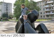 Купить «Мальчик на фигуре шахматиста г. Краснокаменск», фото № 200923, снято 10 августа 2007 г. (c) Геннадий Соловьев / Фотобанк Лори