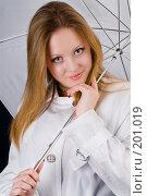 Купить «Блондинка в белом плаще на фоне белого зонтика», фото № 201019, снято 10 февраля 2008 г. (c) Федор Королевский / Фотобанк Лори