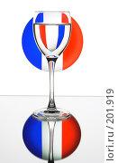 Купить «Бокал вина на фоне французского флага», фото № 201919, снято 27 апреля 2018 г. (c) Михаил Котов / Фотобанк Лори