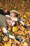 Девушка и молодой человек лежат на желтых листьях, фото № 203739, снято 30 сентября 2007 г. (c) Бабенко Денис Юрьевич / Фотобанк Лори
