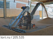 Купить «Зернопогрузчик на току. Сушка зерна.», фото № 205535, снято 6 сентября 2004 г. (c) Иван Сазыкин / Фотобанк Лори