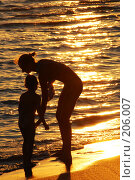 Купить «Мама с ребёнком на пляже- силуэты на фоне моря», фото № 206007, снято 10 июля 2007 г. (c) Федор Королевский / Фотобанк Лори
