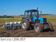 Купить «Трактор с сеялкой на вспаханном поле», фото № 206051, снято 7 сентября 2004 г. (c) Иван Сазыкин / Фотобанк Лори