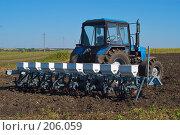 Купить «Трактор с сеялкой на вспаханном поле», фото № 206059, снято 7 сентября 2004 г. (c) Иван Сазыкин / Фотобанк Лори