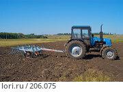 Купить «Трактор с культиватором на вспаханном поле», фото № 206075, снято 7 сентября 2004 г. (c) Иван Сазыкин / Фотобанк Лори