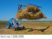 Купить «Стогоукладчик за работой», фото № 206099, снято 7 сентября 2004 г. (c) Иван Сазыкин / Фотобанк Лори
