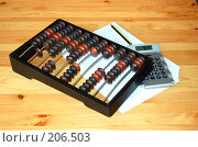 Купить «Счёты бухгалтерские на столе, калькулятор и бумага», фото № 206503, снято 21 февраля 2008 г. (c) Алёна Фомина / Фотобанк Лори