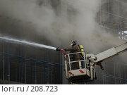 Купить «Пожарный расчет в люльке автолестницы заливает огонь водой», эксклюзивное фото № 208723, снято 24 февраля 2008 г. (c) Сайганов Александр / Фотобанк Лори