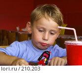 Купить «Ребенок играет в кафе», эксклюзивное фото № 210203, снято 7 сентября 2007 г. (c) Алина Голышева / Фотобанк Лори