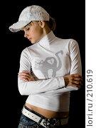 Купить «Девушка в белой кепке на черном фоне», фото № 210619, снято 25 февраля 2008 г. (c) Арестов Андрей Павлович / Фотобанк Лори