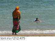 Купить «Махачкала. Пляж. Женщина следит за ребенком, плавающим в море.», фото № 212475, снято 31 июля 2007 г. (c) Виктор Филиппович Погонцев / Фотобанк Лори