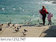 Купить «Мама с дочкой кормят птиц», фото № 212747, снято 28 февраля 2008 г. (c) Федор Королевский / Фотобанк Лори