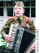 Купить «Пожилая женщина играет на аккордеоне», фото № 213087, снято 20 ноября 2018 г. (c) Евгений Труфанов / Фотобанк Лори
