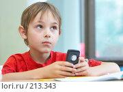 Купить «Мальчик с телефоном», фото № 213343, снято 19 августа 2007 г. (c) Ирина Мойсеева / Фотобанк Лори
