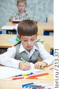 Купить «Мальчик рисует фломастерами», фото № 213371, снято 19 августа 2007 г. (c) Ирина Мойсеева / Фотобанк Лори
