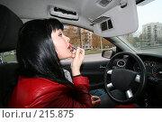 Купить «Девушка красит губы за рулем», фото № 215875, снято 28 октября 2007 г. (c) Наталья Белотелова / Фотобанк Лори