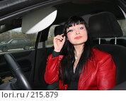 Купить «Девушка красит ресницы за рулем», фото № 215879, снято 28 октября 2007 г. (c) Наталья Белотелова / Фотобанк Лори
