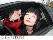 Купить «Девушка красит ресницы за рулем», фото № 215883, снято 28 октября 2007 г. (c) Наталья Белотелова / Фотобанк Лори