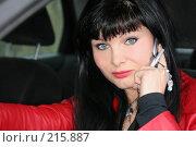 Купить «Девушка в автомобиле звонит по телефону», фото № 215887, снято 28 октября 2007 г. (c) Наталья Белотелова / Фотобанк Лори