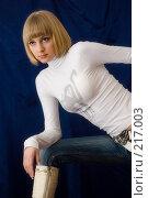 Купить «Блондинка на синем фоне», фото № 217003, снято 25 февраля 2008 г. (c) Арестов Андрей Павлович / Фотобанк Лори