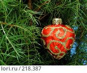 Купить «Новогодняя игрушка в форме сердце», фото № 218387, снято 6 декабря 2019 г. (c) ElenArt / Фотобанк Лори