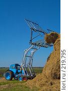 Купить «Стогоукладчик за работой», фото № 219795, снято 7 сентября 2004 г. (c) Иван Сазыкин / Фотобанк Лори