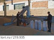Купить «Аппарат для зернопогрузки с одновременной протравкой зерна на току», фото № 219935, снято 7 сентября 2004 г. (c) Иван Сазыкин / Фотобанк Лори