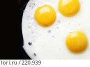 Купить «Три жареных яйца на черном фоне», фото № 220939, снято 25 апреля 2019 г. (c) Роман Сигаев / Фотобанк Лори
