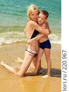Купить «Мама с сыном на пляже», фото № 220967, снято 24 января 2008 г. (c) Гладских Татьяна / Фотобанк Лори