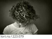 Купить «Портрет девушки, смотрящей вниз», фото № 223079, снято 14 июля 2007 г. (c) Кирилл Николаев / Фотобанк Лори