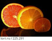 Купить «Апельсин,мандарин грейпфрут в разрезе», эксклюзивное фото № 225291, снято 15 декабря 2007 г. (c) lana1501 / Фотобанк Лори